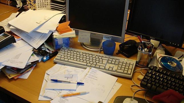 Visita comercial escritorio desordenado